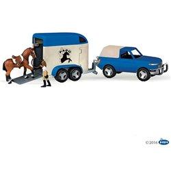 Le 4x4 avec son conducteur et son van